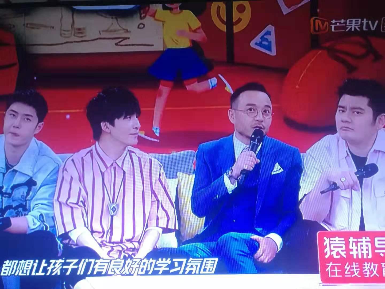 湖南卫视主持人汪涵节目现场抓腿