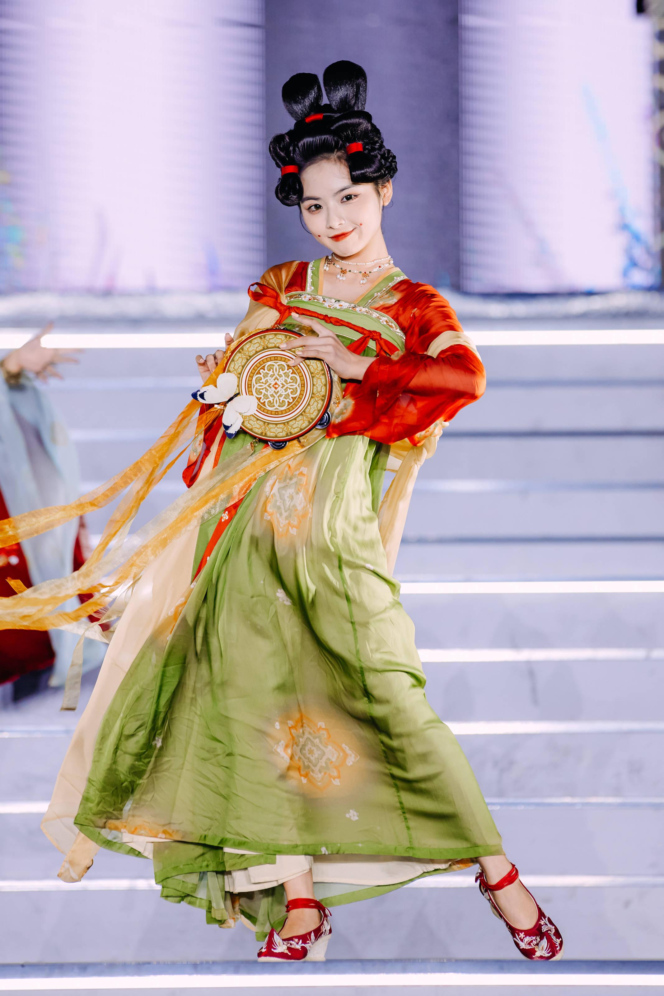 唐宫夜宴联名款汉服惊艳天猫国风大赏,博物馆成最受欢迎的汉服设计元素