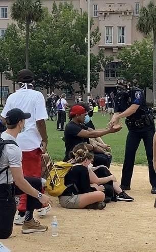 黑人青年跪地高喊与警察是一家人后被