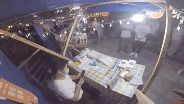 关注 | 城管摆摊贴手机膜火了,网友:摊牌吧