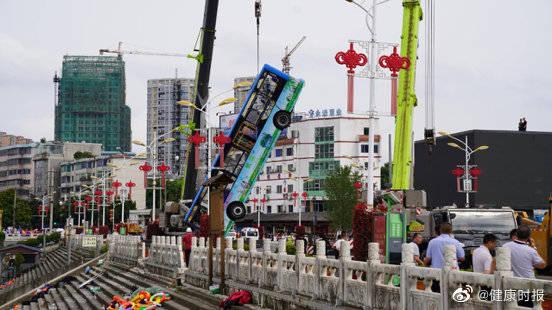 贵州安顺公交车坠湖幸存者:水涌进来那一瞬间,拼命游了出去