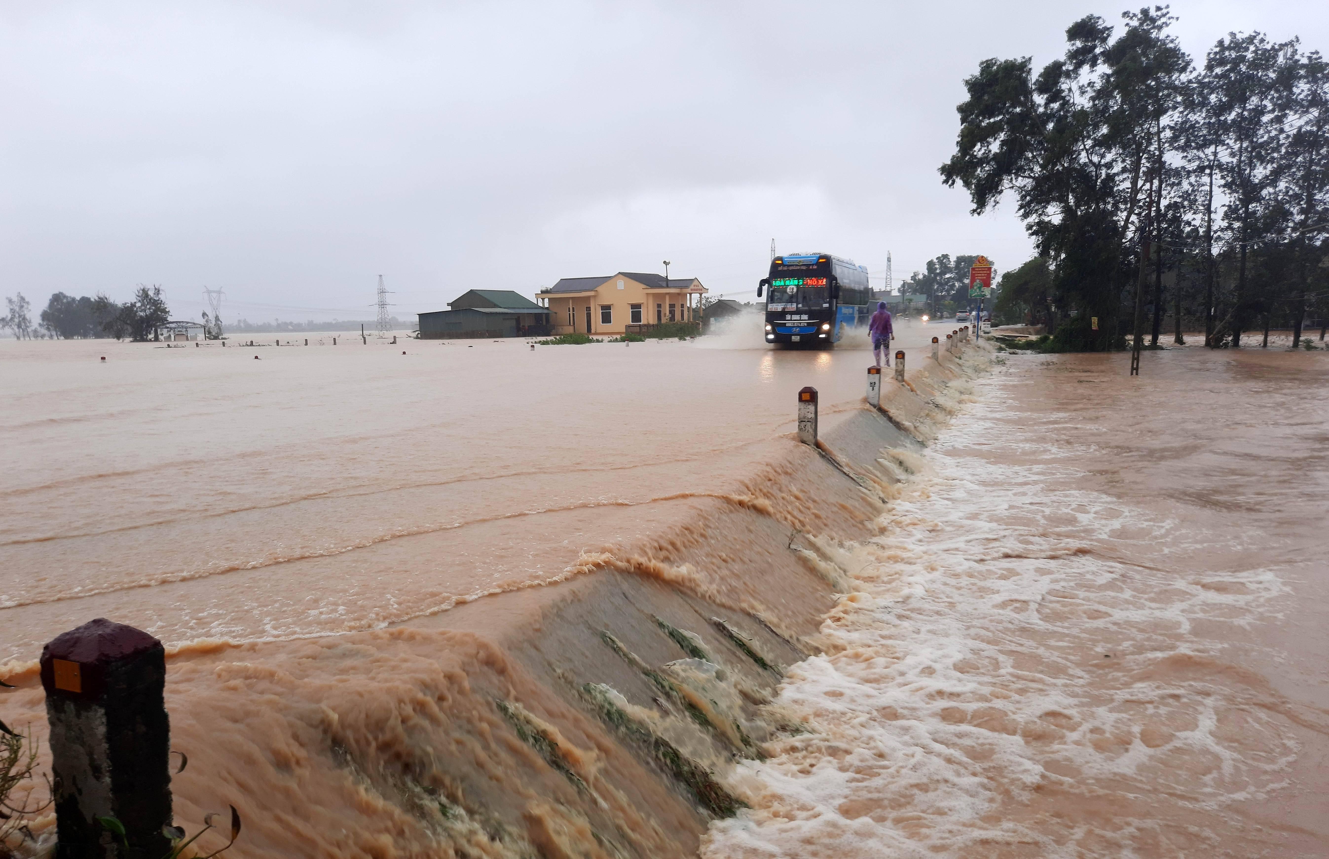 越南北部和中部等地暴雨和台风致62人死亡     第2张