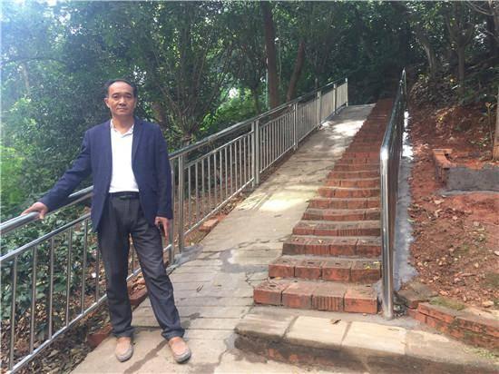 长沙男子5年自掏近万元当起义务修路工:铺设砖路、安装扶手