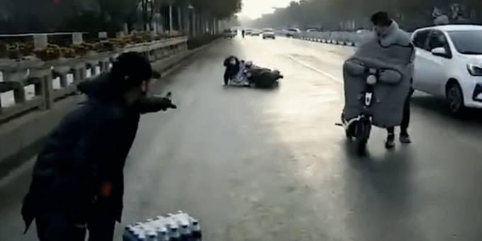 """零下4℃洒水车工作致路面变""""溜冰场"""",当地回应"""