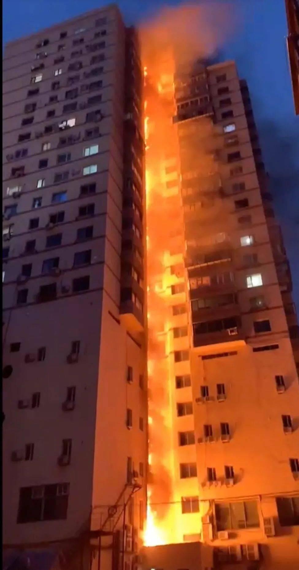 可怕!高层起火连烧20层
