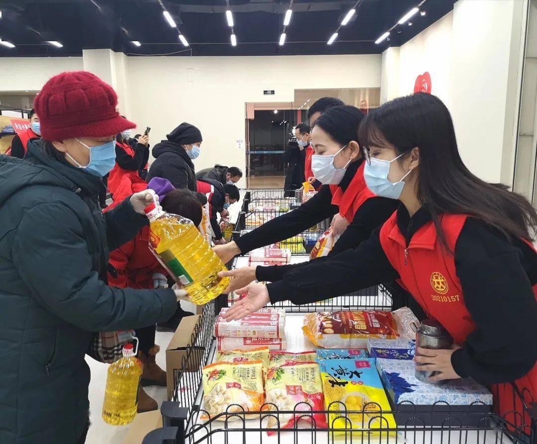 """沈阳爱心广场试运行一周 已向1087户贫困家庭送出""""爱心大礼包"""""""
