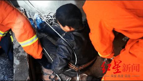 15岁男孩帮家中扫除不慎跌落10米深坑 幸被消防救起