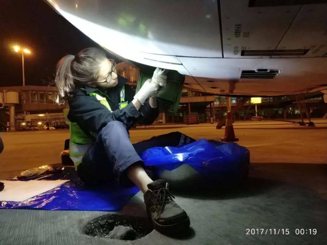 会修飞机的 美女 机务