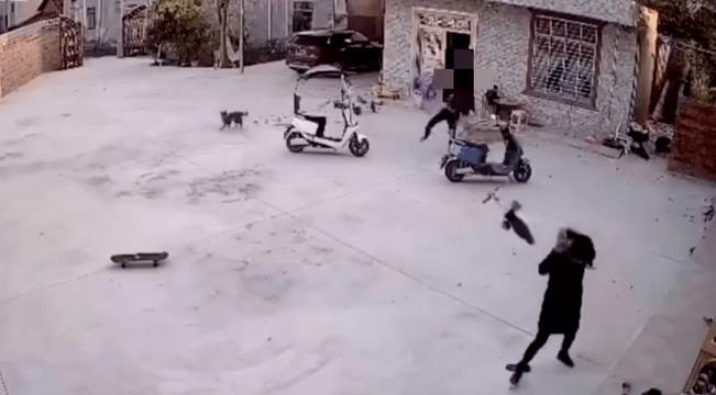 当着孩子的面,广西博白一男子用滑板车殴打、脚踢妻子!警方通报来了