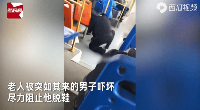 奇葩男公交车上强脱老人鞋猛吸!闻完后淡定归还,乘客目瞪口呆