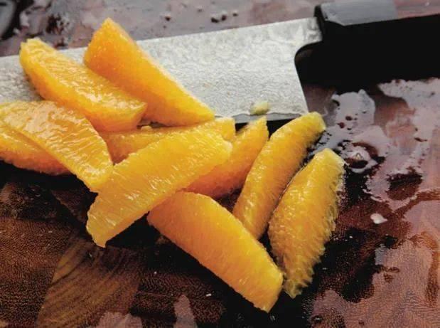 天顺开户:你真的会切水果吗?练习刀工的小技巧,教你如何切出漂亮的柑橘瓣_步骤