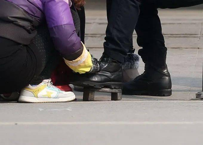 星辉总代在大兴逛商场被人强迫擦鞋…_杨女士