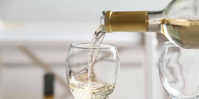 节前市场继续上涨。基金经理庄宏东表示,他应该对白酒股保持谨慎