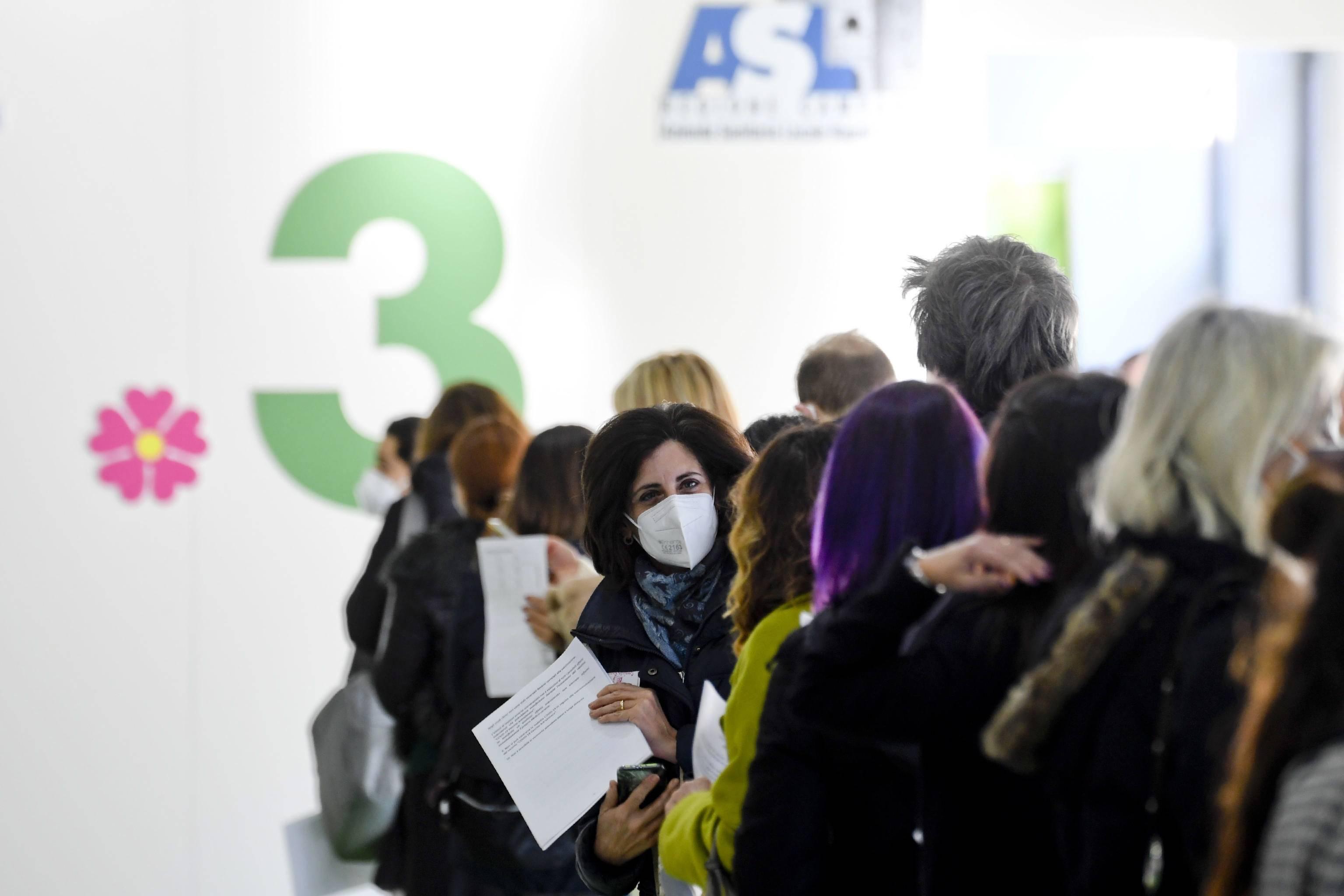 意大利那不勒斯:教职工作者开始接种新冠疫苗