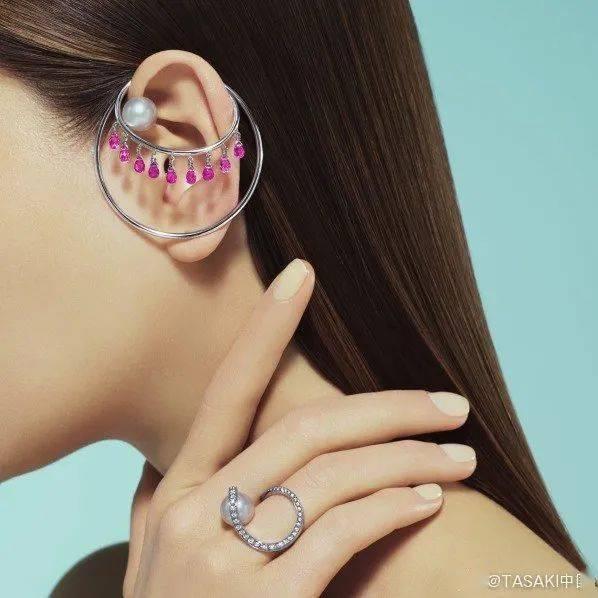 还在寻找万能配饰吗?一副珍珠耳环就能满足