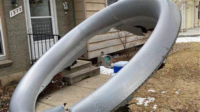 美波音客机引擎空中爆炸,整流罩碎片坠入居民区砸破屋顶
