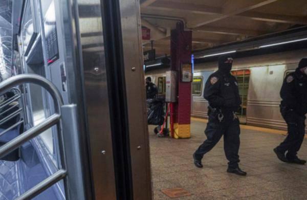 美国两岁男童在地铁里被乞讨者殴打 嫌犯在逃