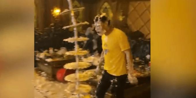 """多人KTV内办生日宴打""""蛋糕战"""",现场一片狼藉,网友怒了!_视频"""