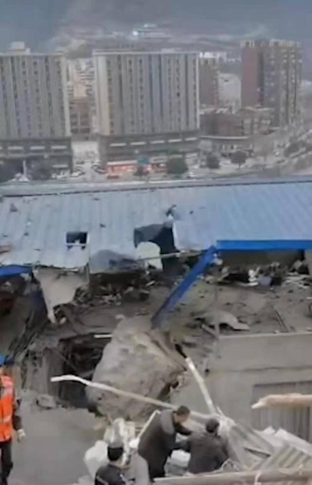 四川峨边县滚石砸中农户,造成3人受伤1人被埋