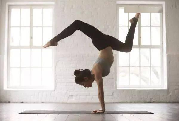 常练这4个瑜伽拉伸动作,再也不用怕腿粗肌肉大了!
