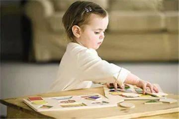 孩子喜欢扔东西怎么办,父母是该纵容孩子扔东西还是阻止?