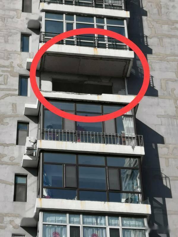 黑龙江一居民家阳台被 大风刮跑!业主:上个月
