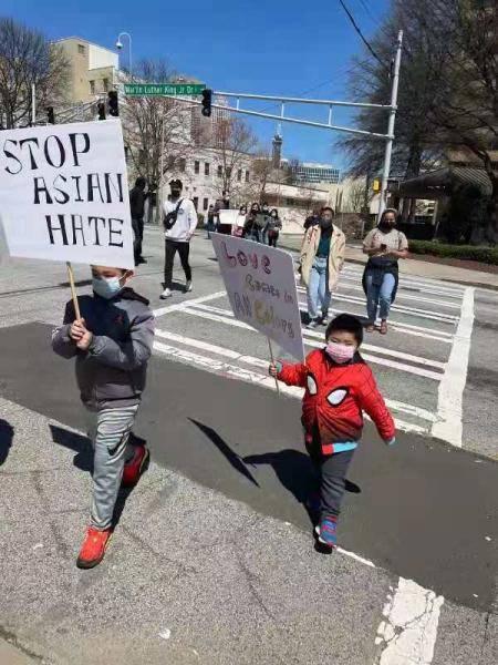 """美国亚特兰大亚裔集会谴责暴行 """"停止仇恨亚裔""""上热搜"""