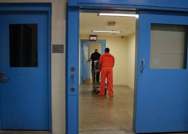 美国一囚犯在监狱内袭击多人,致狱警和护士伤重死亡
