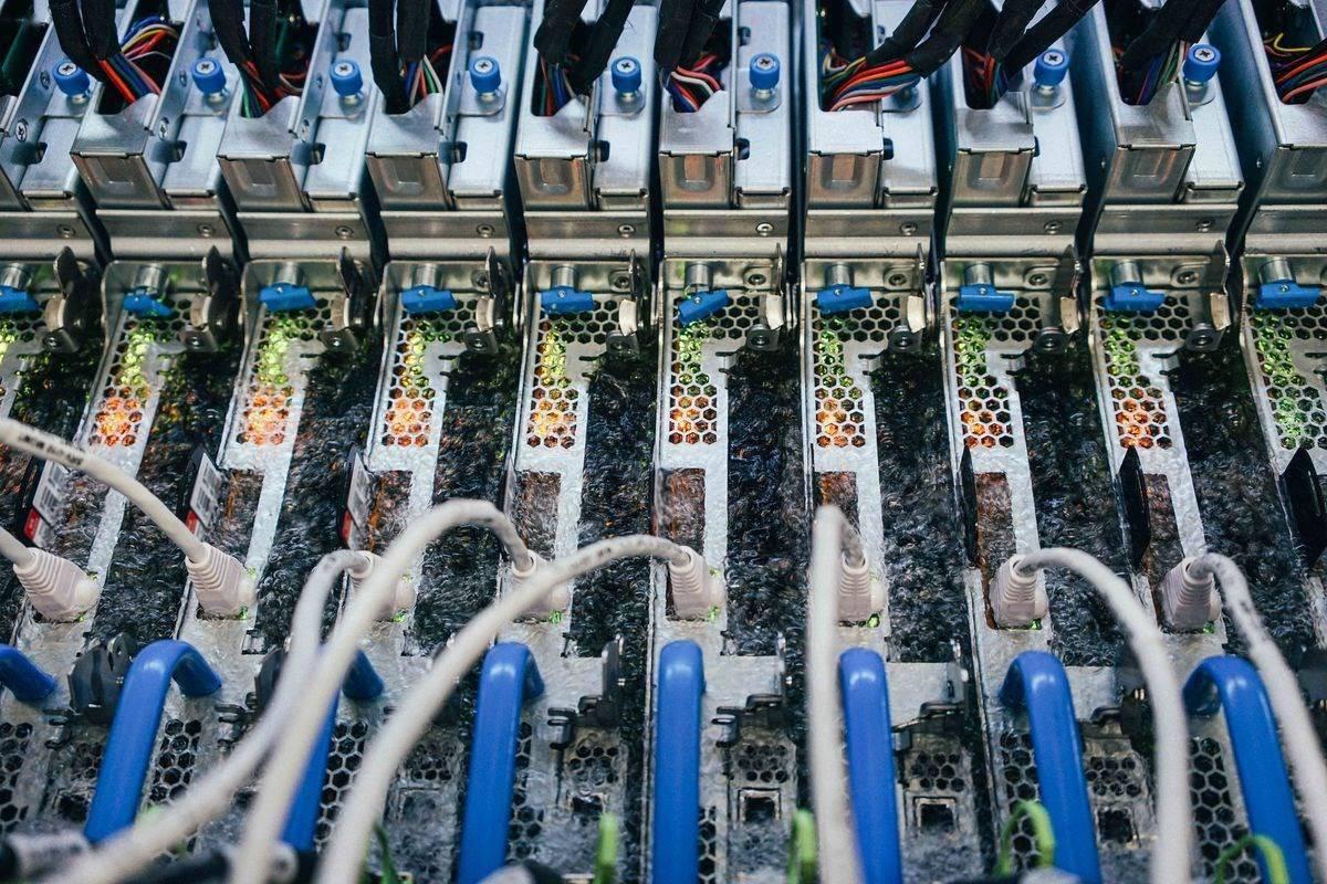 为更好地散热,微软将服务器浸入液体中以提高其性能和能源效率