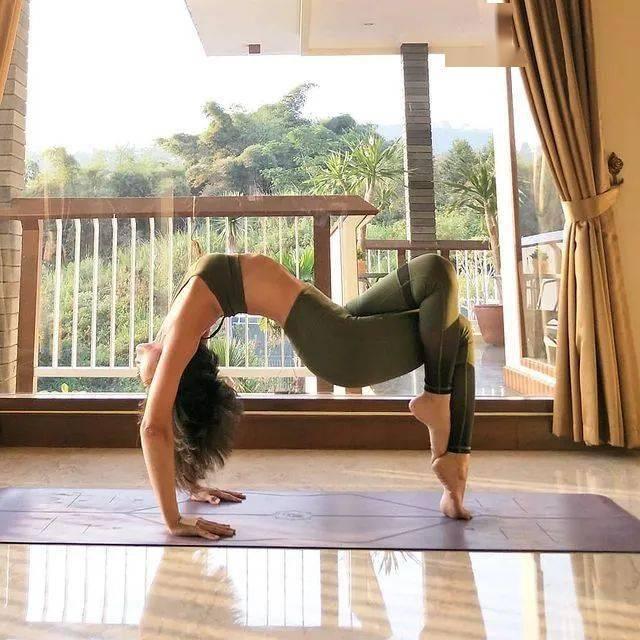 7个简单的瑜伽体式,让你僵硬的肩颈背软下来_动作