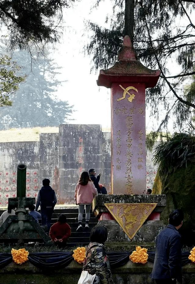 【分享】这块红军墓碑上的党徽为什么倒悬?