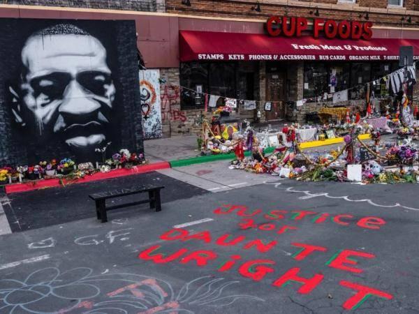 """抗议再起!美国警察""""意外""""射杀非裔,据称把手枪当成电击枪……"""