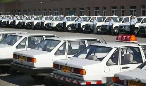 郑州一驾校惊现霸王条款:不报班就不能练车,交一千五包过科三!