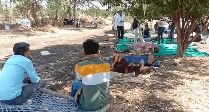 印度农村新冠患者躺路边输液
