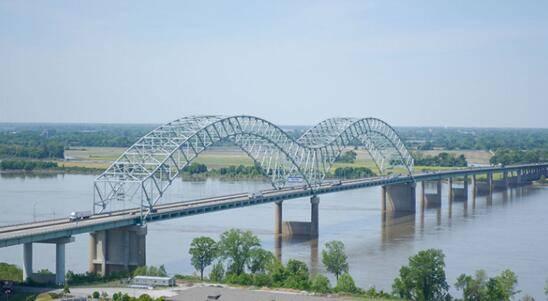 美国密西西比河上一桥梁出现 大裂缝 ,河道运输陷入停滞, 可能影响全美