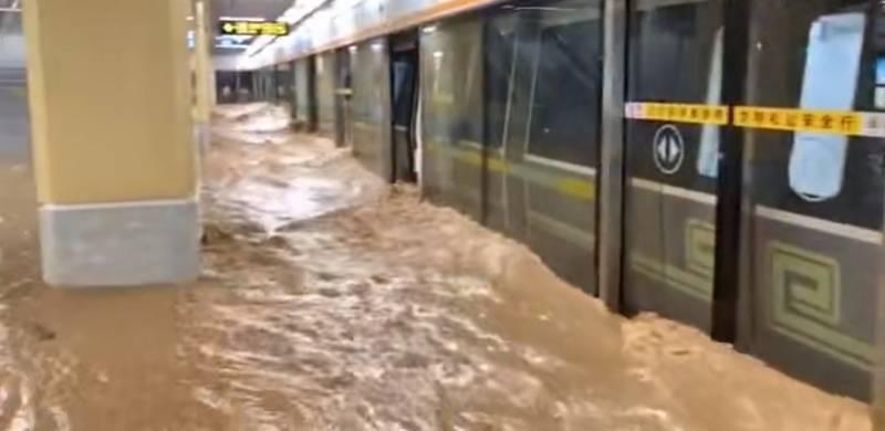 郑州暴雨大水倒灌进地铁站,多站点停运!工作人员称正在维修