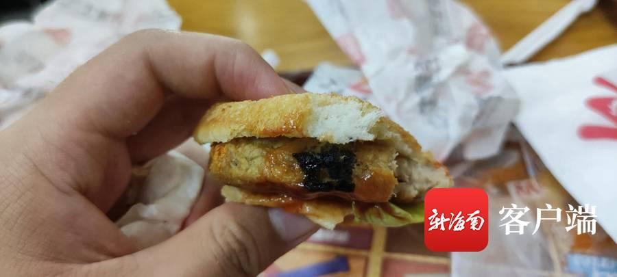 男子在牛肉汉堡中吃出黑色不明物,华莱士:食品质量没问题,愿协商解决