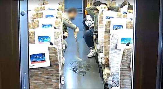 恒宏首页男子在高铁上越席占座、辱骂列车员,因涉嫌寻衅滋事被行政拘留 (图2)